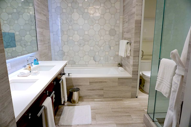 Four Seasons Orlando Grand Suite guest room bath image